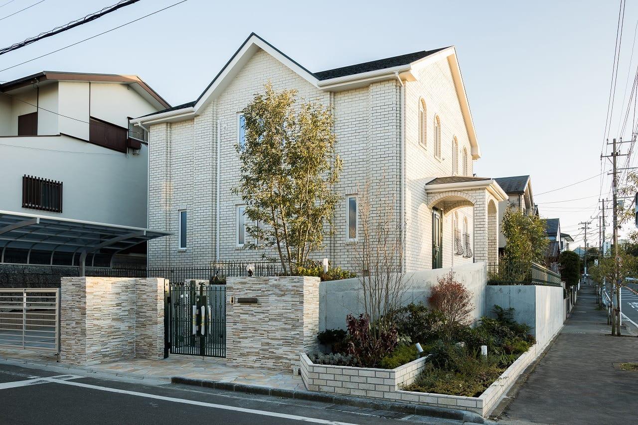 白いレンガの家