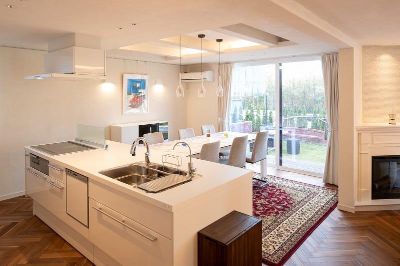 注文住宅 アイランドキッチン 暖炉 自然素材 レンガの家