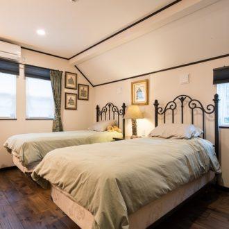 横浜市の工務店「せらら工房」施工事例 廻縁がアクセントになっている、やすらぎに満ちた寝室。