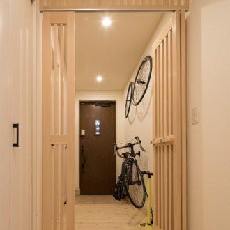 横浜市の工務店「せらら工房」施工事例 シンプルで上質な木の温もりに包まれた玄関。