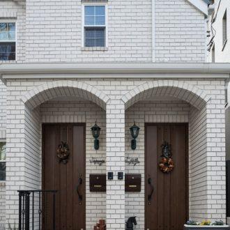 白い『レンガの家』 閑静な住宅街に佇む二世帯住宅