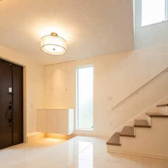 吹き抜けから光がさす明るい玄関ホール