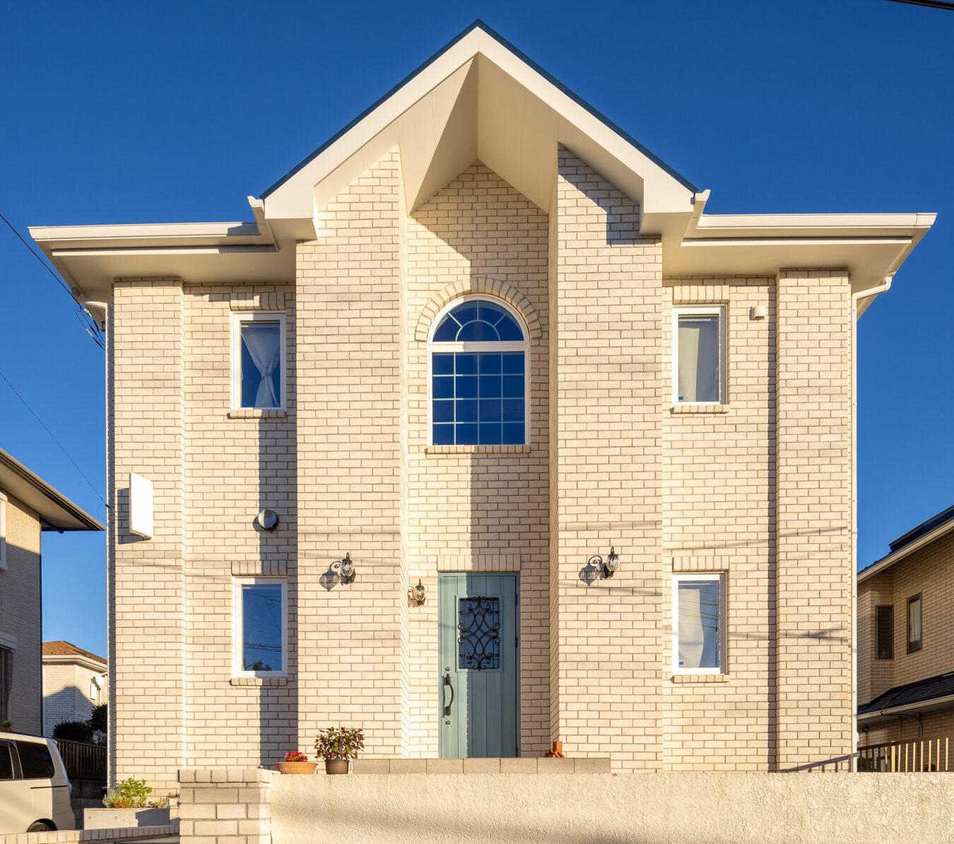 青空に映える白レンガの家