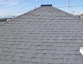 白いレンガに青い屋根