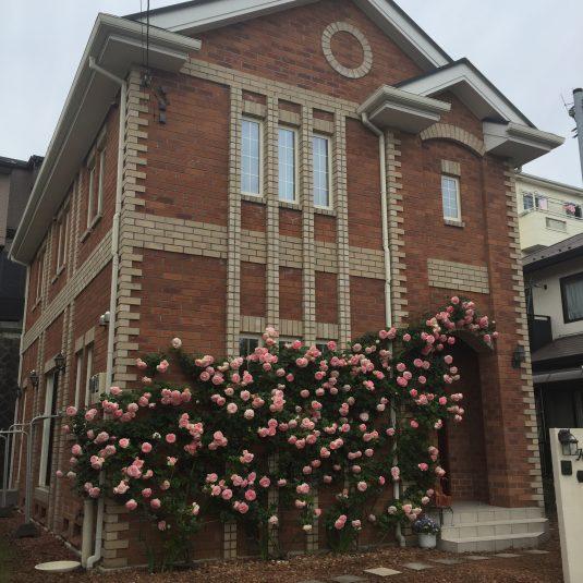 神奈川の工務店、レンガの家 バラ