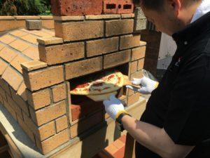 神奈川の工務店、レンガのピザ窯、断熱性抜群。
