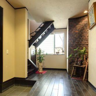 横浜市の工務店「せらら工房」施工事例 エントランスと2階への階段