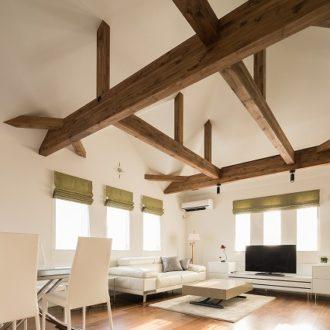 横浜市の工務店「せらら工房」施工事例 白い壁と茶色の梁 シンプルモダンな家